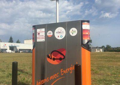 Bornes Sidelc : Marquage adhésif sur bornes de rechargement pour voitures electriques. 100 bornes dans le Loir et Cher