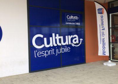 CULTURA-2 : Réalisation d'un décor adhésif sur vitrine pour le magasin cultura de Chambray-les-Tours (37)