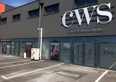 CWS : impression grand format sur adhésif dépoli, pose sur vitrine chez CWS à la Ville-aux-Dames (37)