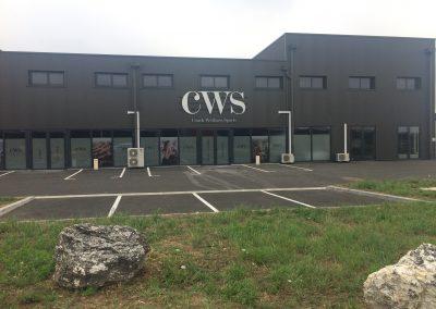 CWS : lettres découpées en dibon effet métal, pose sur rails métalliques laqués